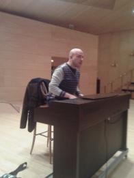 Javier Garcés dirigiendo al coro juvenil