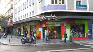 Abracadabra es un ejemplo de tienda que incluye espacios de ocio para los pequeños.